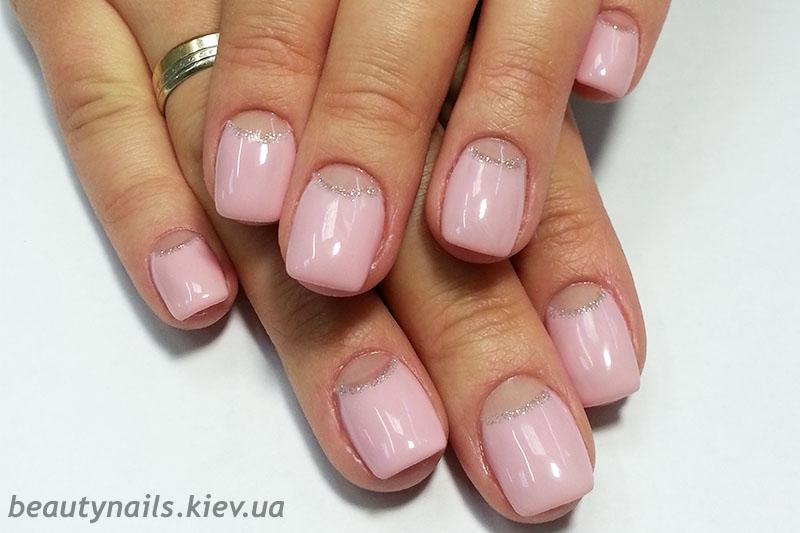Маникюр розовый с прозрачными лунками